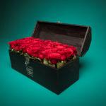 Baúl negro con rosas
